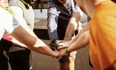 Pessoas participando de atividade esportiva