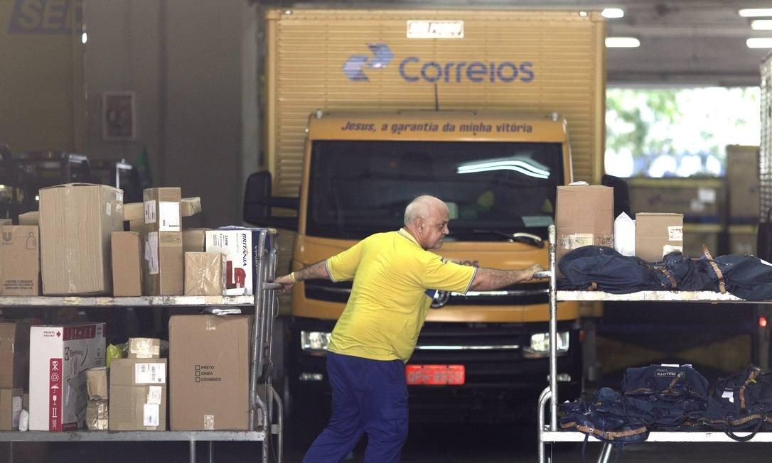 Funcionário dos Correios na sede da companhia, no Rio