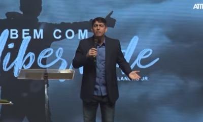 Pastor Josué Valandro Jr. durante ministração.