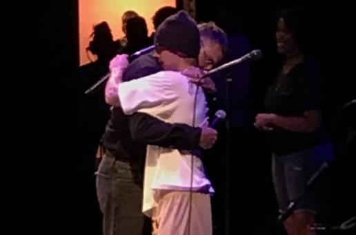 O cantor Justin Bieber vai a igreja, canta louvores e expõe seus problemas (Foto: Reprodução)
