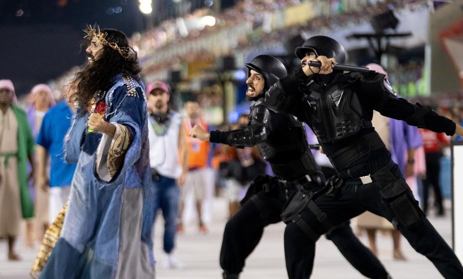 """Mangueira faz """"Jesus"""" mulher e que apanha da polícia"""