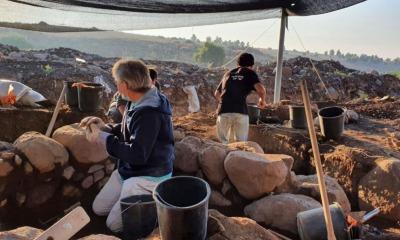 Arqueólogos em escavação