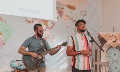Axel Wandreus cantando na Igreja Batista Em Cristo