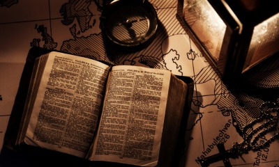 Bíblia com mapa sobre a mesa
