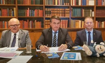 Presidente da República em live, juntamente com ministro da Educação e secretário