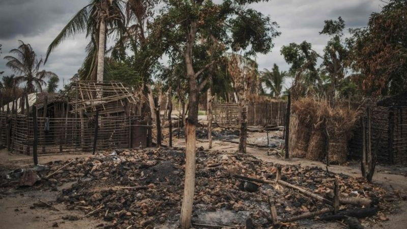 Casas queimadas em Moçambique