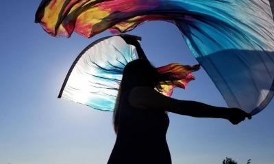 Claire Shieh adorando com bandeiras
