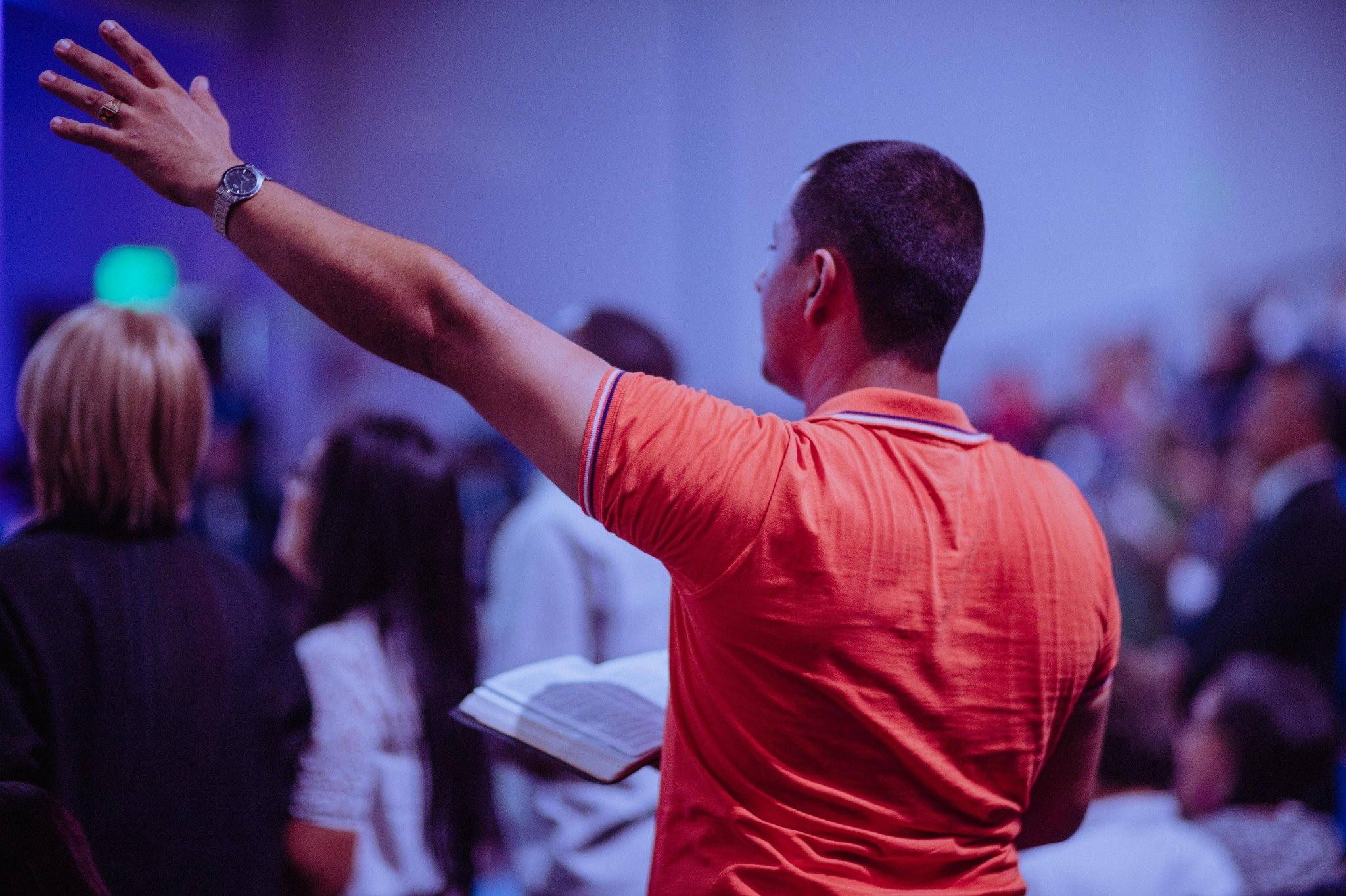 Cristão adorando a Deus