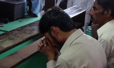 Cristão paquistanês orando