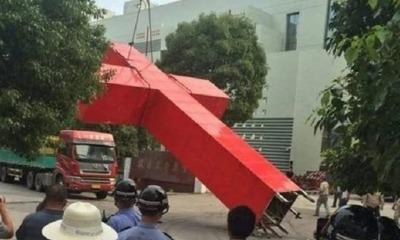 Cruz arrancada por Partido Comunista da China