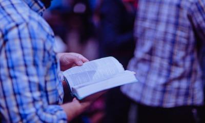 Homem com Bíblia na mão