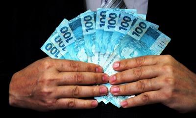 Homem exibindo dinheiro