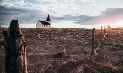 Igreja em meio ao trigo