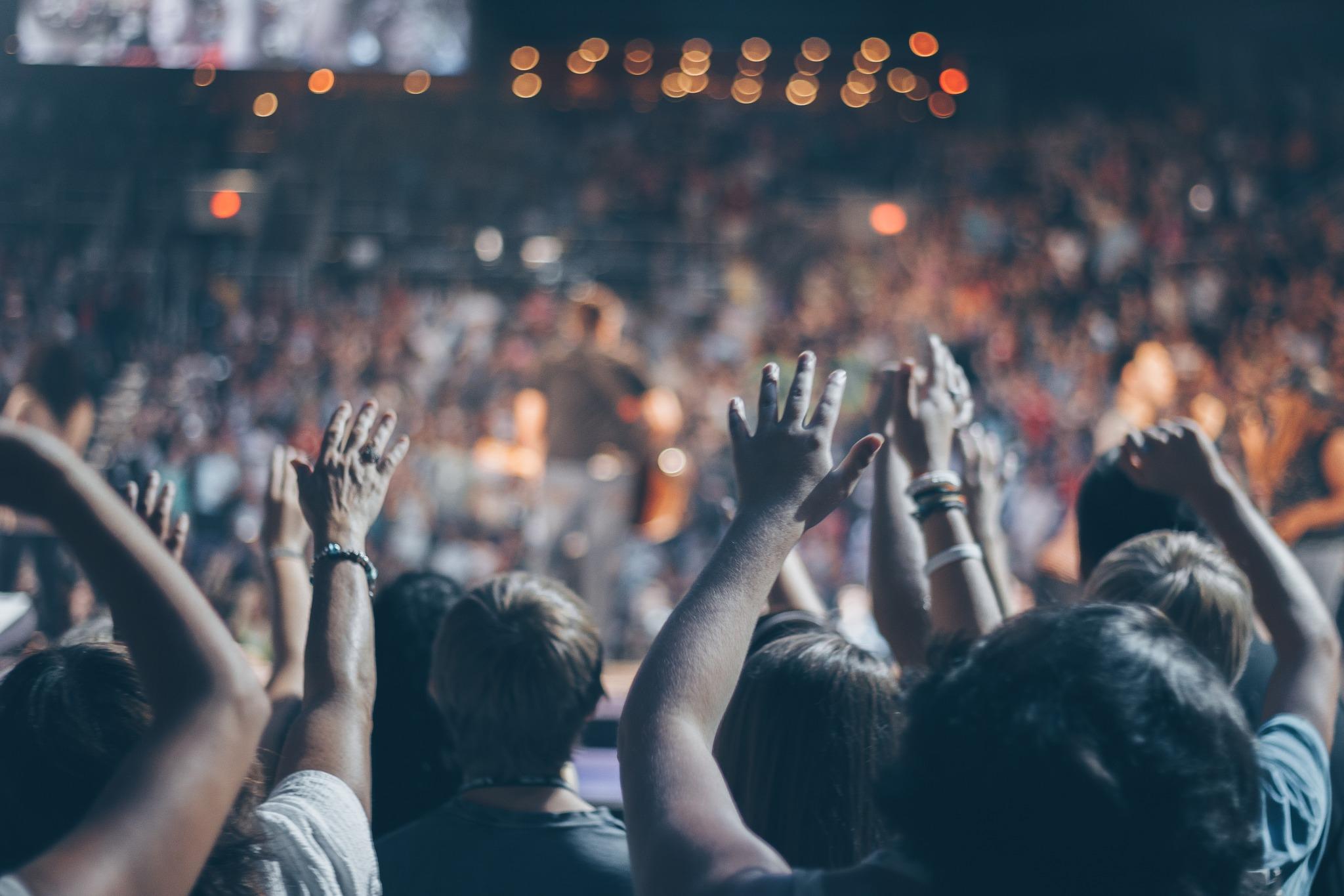 igreja louvando a Deus