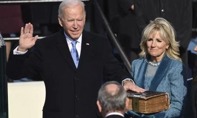 Joe Biden faz juramento de posse com mão sob a Bíblia