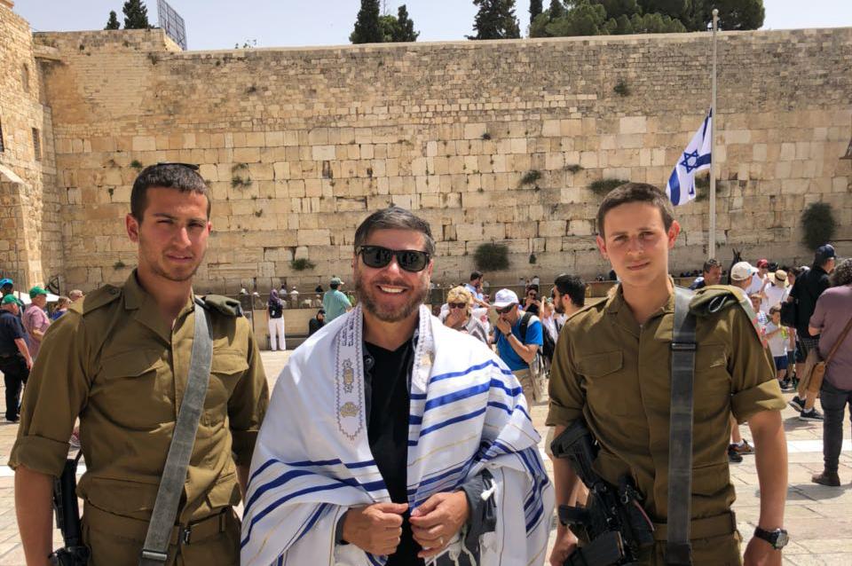 Joel Engel com soldados de Israel