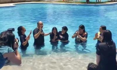Laura Bolsonaro sendo batizada
