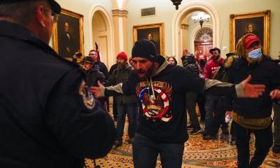 Manifestantes favoráveis a Trump dentro do Capitólio