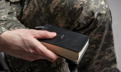 Militar com a Bíblia na mão