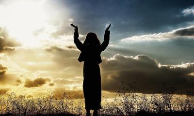 Mulher em momento com Deus