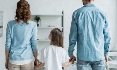 pai e mãe de mãos dadas com a filha