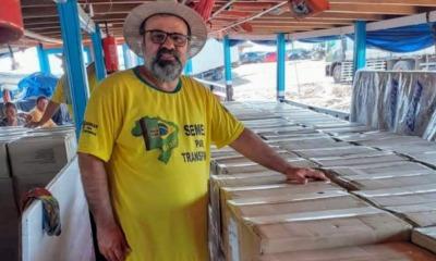 Pastor David Ramos com caixas de Bíblias