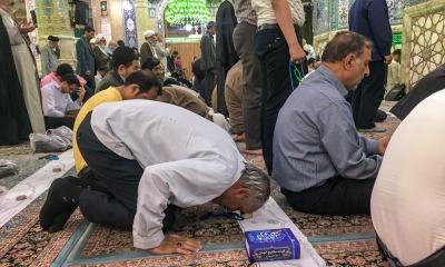 Muçulmanos oram em mesquita durante o Ramadã