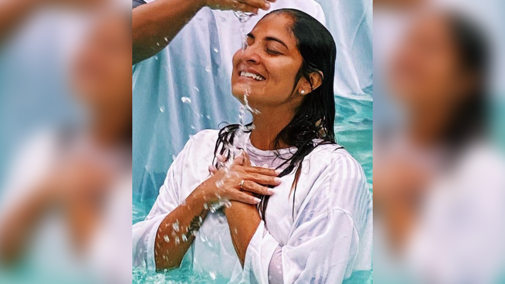 Rosana Paes durante batismo